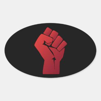 Puño rojo aumentado de la pendiente pegatina ovalada