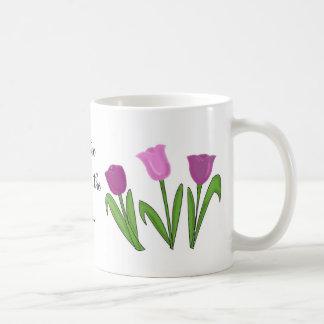 Punta del pie a través de los tulipanes taza básica blanca