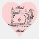 Puntada de la máquina de coser del vintage por la pegatina en forma de corazón