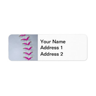 Puntadas rosadas del softball etiqueta de remite