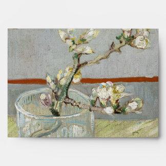 Puntilla de la almendra floreciente en un vidrio d sobre