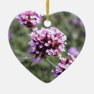 Puntilla de la flor de la verbena de la lila adorno navideño de cerámica en forma de corazón