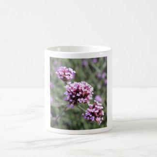 Puntilla de la flor de la verbena de la lila taza clásica