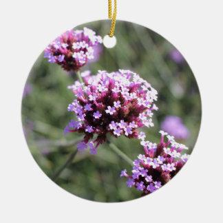 Puntilla rosada de la flor de la verbena adorno navideño redondo de cerámica