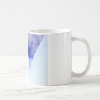 punto azul y negro de la tinta taza básica blanca