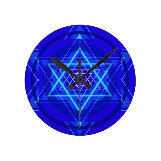 Punto rojo y las estrellas judías azuladas reloj redondo mediano