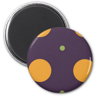 Puntos anaranjados y verdes en fondo púrpura imán redondo 5 cm