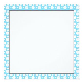 """puntos azules claros, una decoración simple, invitación 5.25"""" x 5.25"""""""