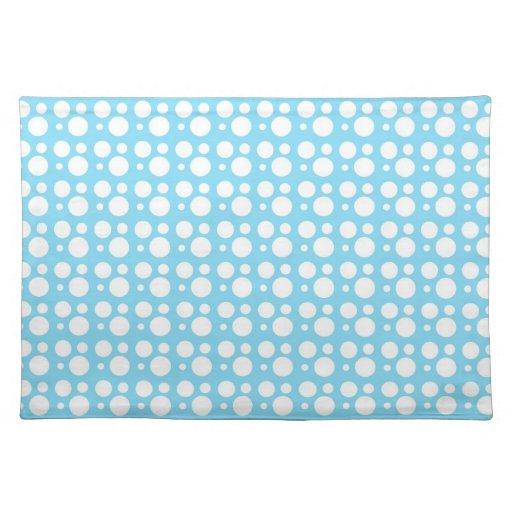 puntos azules claros, una decoración simple, mantel