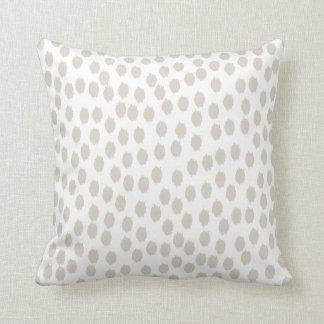 Puntos beige y blanco dispersados de lino almohadas