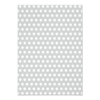 """Puntos blancos en gris claro invitación 5"""" x 7"""""""