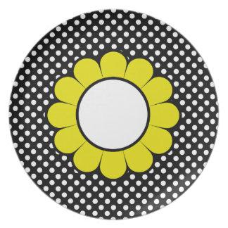 Puntos blancos en la flor amarilla negra plato para fiesta
