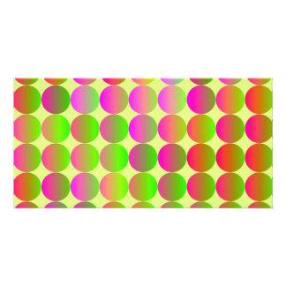 Puntos brillantemente coloreados tarjeta fotografica