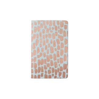 Puntos color de rosa del oro en el cuaderno de la funda para libreta y libreta pequeña moleskine