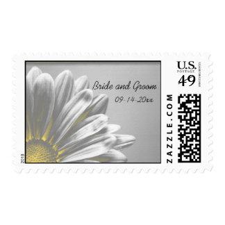 Puntos culminantes florales amarillos que casan el sellos postales