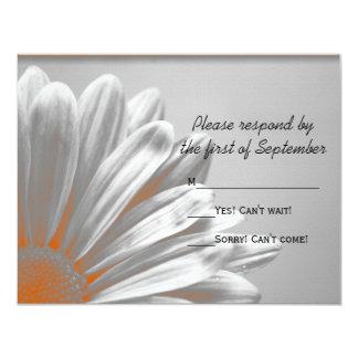 Puntos culminantes florales anaranjados que casan invitación 10,8 x 13,9 cm