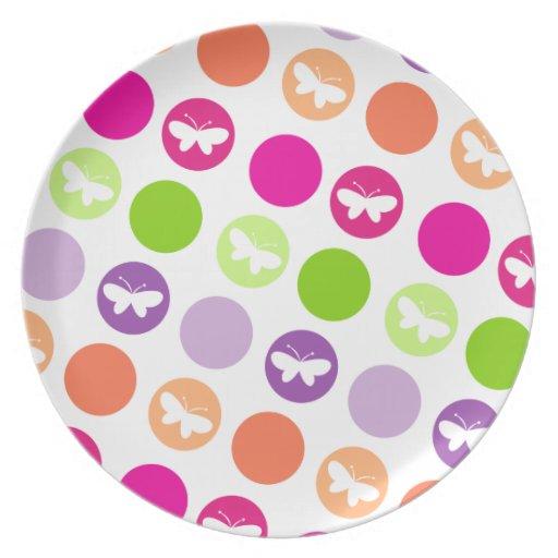 Puntos de la mariposa en placa del jardín platos