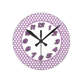 Puntos de polca púrpuras y blancos reloj redondo mediano