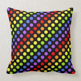 Puntos del arco iris en negro almohada