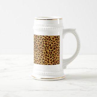 Puntos del leopardo de la mirada de la pintura al jarra de cerveza