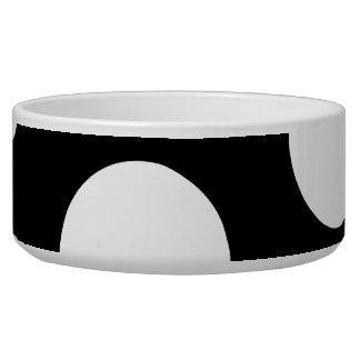 Puntos grandes en blanco y negro. comedero para mascota