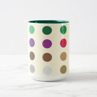 Puntos multicolores en una taza