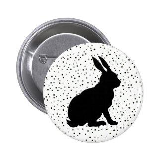 Puntos negros de la silueta del conejo pin