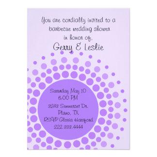 Puntos púrpuras de la diversión que casan la invit