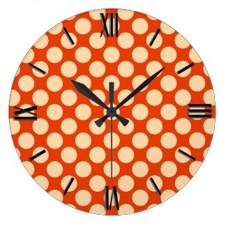 Puntos retros grandes - naranja y mandarín pálidos reloj redondo grande