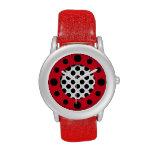 Puntos rojos y reloj blanco