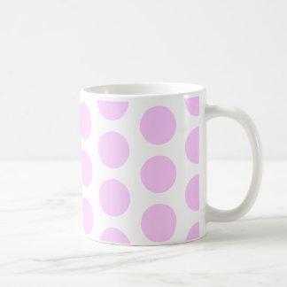 Puntos rosados de la polca taza básica blanca
