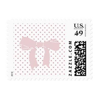 Puntos rosados femeninos con el arco timbre postal