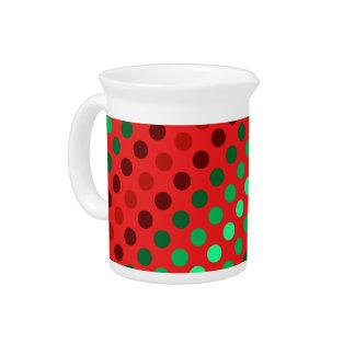 Puntos verdes y marrones en un fondo rojo jarras de beber
