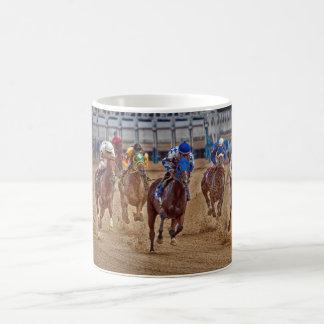 Pura sangre del caballo que compite con la primera taza