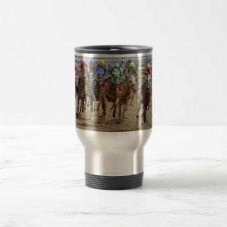 Pura sangre del caballo que redondean por último v tazas de café