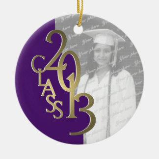 Púrpura 2013 y oro de la foto de la graduación de adorno navideño redondo de cerámica