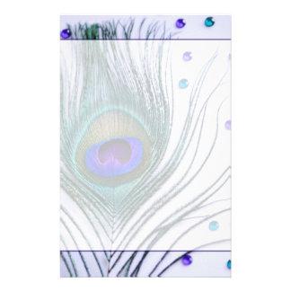 Púrpura atractiva de la pluma del pavo real papeleria personalizada