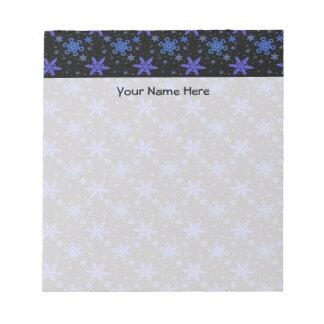 Púrpura azul de los copos de nieve en negro libreta para notas