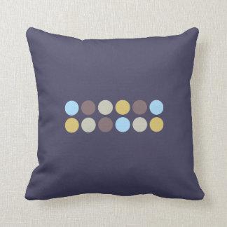 Púrpura con acentos de los lunares cojín