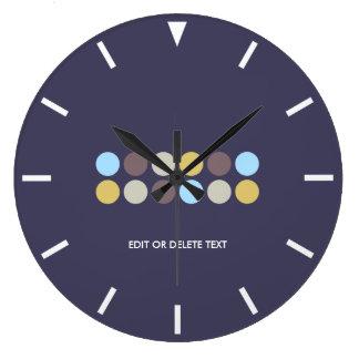 Púrpura con acentos de los lunares reloj redondo grande