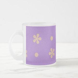 Púrpura con las flores amarillas y diseño de los taza de cristal