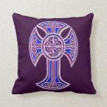 Púrpura de la cruz céltica 2 cojin