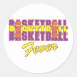 púrpura de la fiebre del baloncesto y diseño del etiqueta redonda