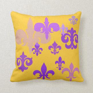 Púrpura de la flor de lis y almohada del oro