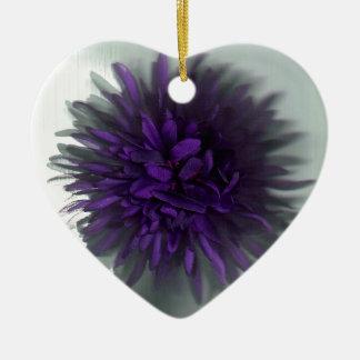 púrpura de la flor adorno de cerámica en forma de corazón