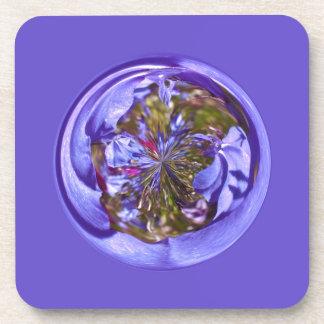 Púrpura de la flor en el globo posavasos de bebidas