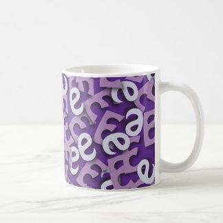 Púrpura de la letra E Taza Básica Blanca