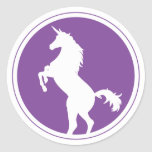 Púrpura de la silueta del unicornio pegatina redonda
