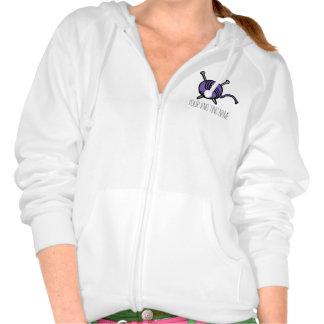 Púrpura de las lanas y de las agujas que hacen jersey con capucha