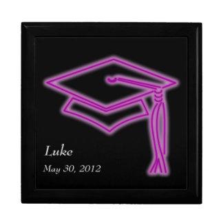 Púrpura de neón del casquillo del graduado joyero cuadrado grande